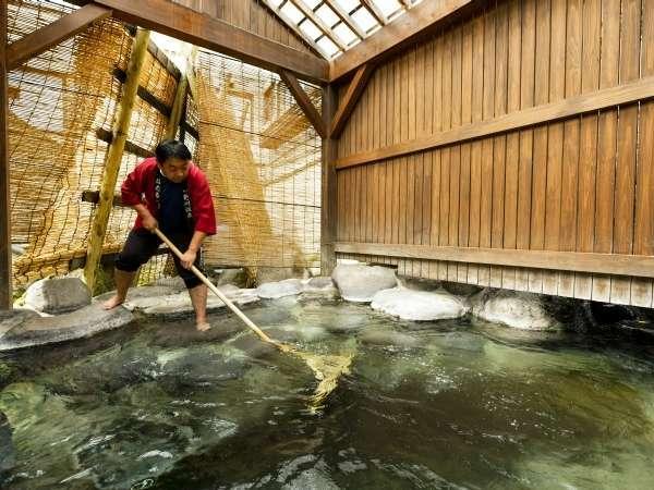 【湯守の手作業】湯もみによって湯花をまんべんなく広げていきます