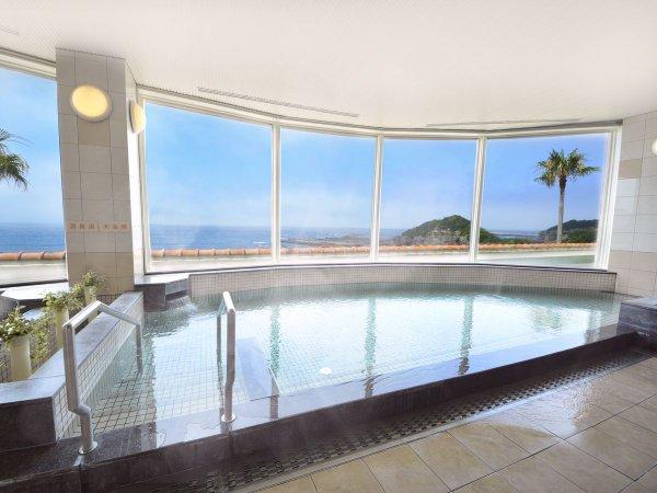 眼前に広がる太平洋を望む大浴場は開放感にあふれています
