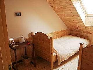 美しいケービングがされたフィンランド製のベッドと心地良い羽毛布団。