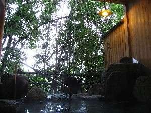 渓流と竹林を望む露天風呂
