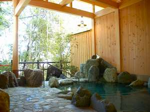 大自然の中、露天風呂が気持ちいいですよ。ぜひ、いらしてください。