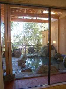大浴場から、見た露天風呂です。ゆったりのんびりお過ごし下さい。