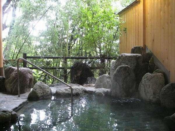 竹林と渓流を望む露天風呂でのんびりと♪