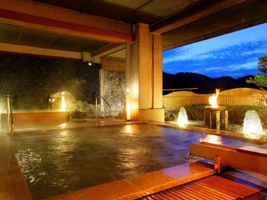 薄暮の露天風呂