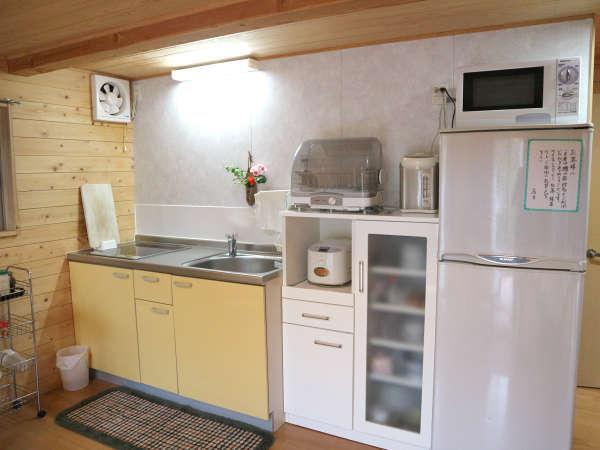 【コテージB】キッチンや家電も自由にご利用ください。