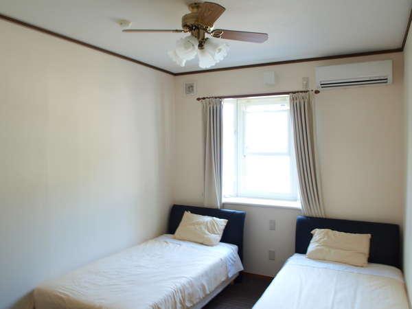 シンプルで清潔なお部屋です。
