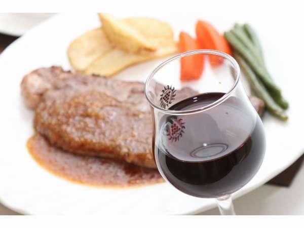 ボリューミーな夕食。特にメインのステーキは満足度5☆是非ご堪能ください!