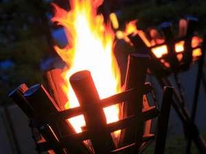 篝火を見ながらの夕食