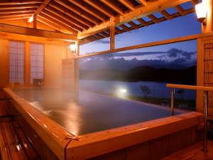 「檜の湯」 惜しげもなく、お湯がまるで湖に流れ落ちるよう。御所湖と岩手山を眺める贅沢な湯殿