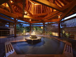 露天風呂「赤松の湯」は南部曲り家の湯のシンボル
