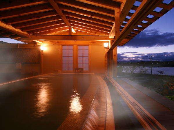 【絶景の露天風呂 ひとりじめの湯】「檜の湯」(夜)