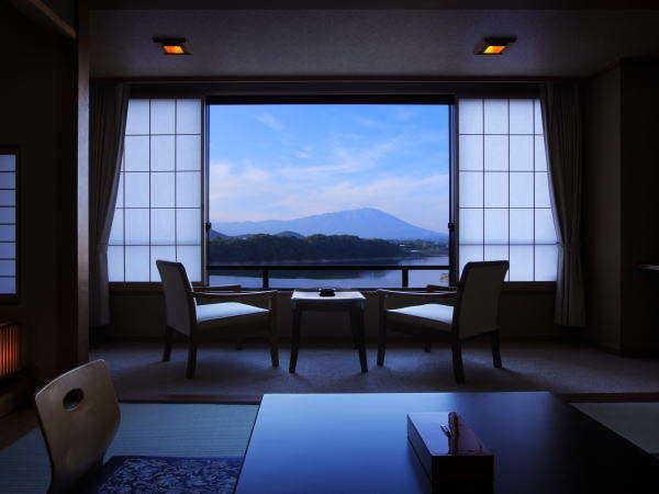 夜の静な御所湖を客室から眺める癒しのひと時
