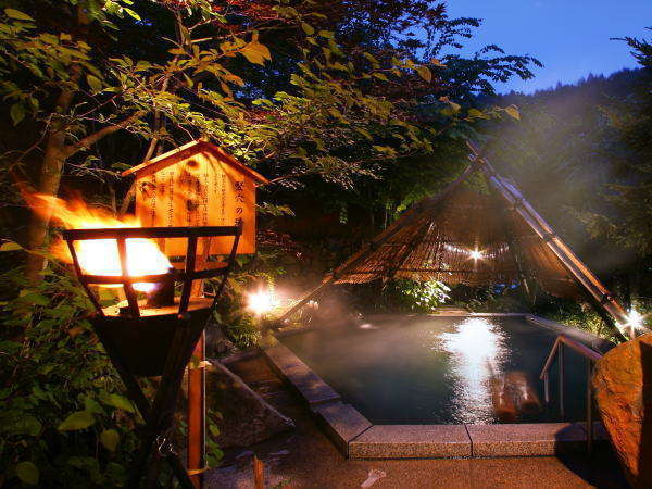 愛真館【竪穴の湯】夜はライトアップされ幻想的に