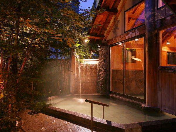 愛真館【木漏れ日の湯】昼は木漏れ日が気持ち良く、夜は瞬く星が美しい露天風呂です。
