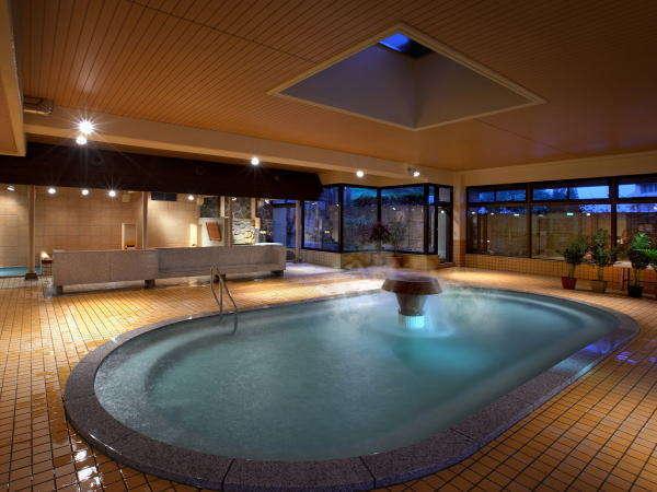 愛真館【大浴場「あいの湯」】夜の大浴場は一風変わったあじわい。