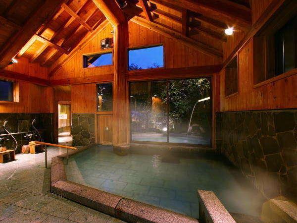 愛真館【しだないの湯】開放感ある高い天井、安定感あるどっしりとした柱。