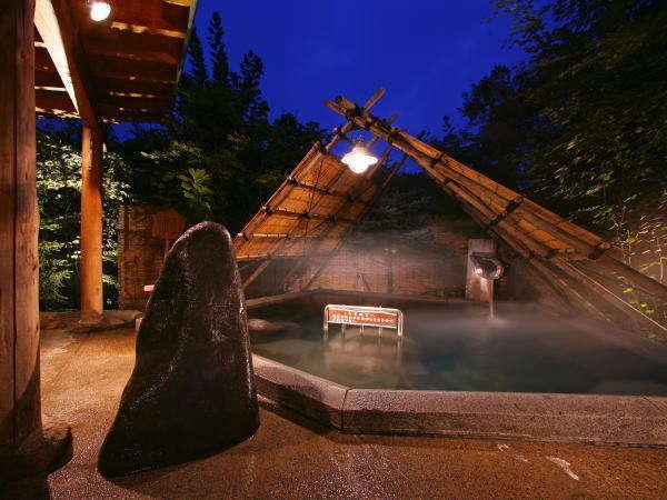 愛真館【ストーンサークルの湯】大きな石が特徴のストーンサークルの湯。