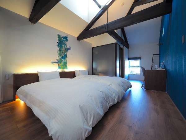 ベッドルーム:セミダブルベッド2台温水便座・洗面台歯ブラシ・シェイバー・綿棒