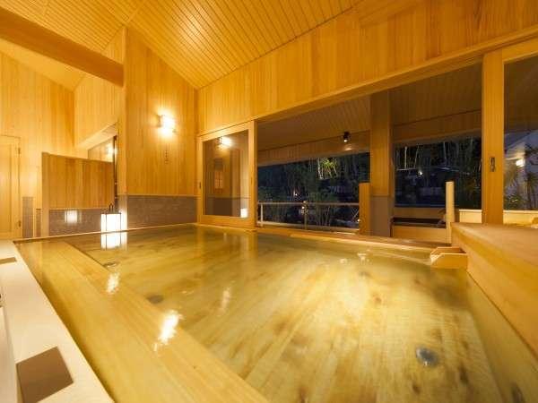 ヒノキや照明を効果的に使った大浴場