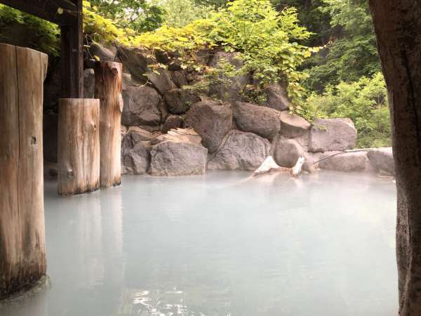 【第三露天風呂】 当館の代名詞の混浴です。にごり湯の温泉と開放感の癒しをお寛ぎください。