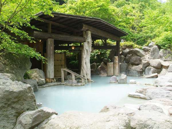 【第三露天風呂】当館の代名詞の混浴です。にごり湯の温泉と開放感の癒しをお寛ぎください。