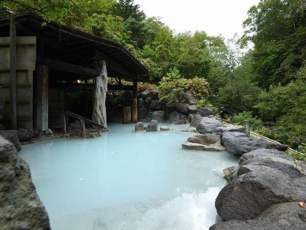 【第三露天風呂】当館の代名詞の混浴第三露天風呂。にごり湯の温泉と開放感の癒しをお寛ぎください。