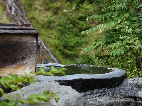 【露天風呂】こじんまりとしつつも自然を身近に感じられるカモシカの湯