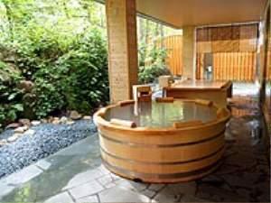 露天風呂「鳥の声」は総桧造り。乳白色の湯です。