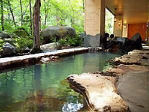 露天風呂「川の囁き」は岩造り。地下60Mから引いた赤湯です。
