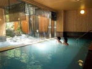 露天風呂は男女入れ替えが有り。朝風呂は前夜と湯も雰囲気も変わり新鮮気分が味わえます。