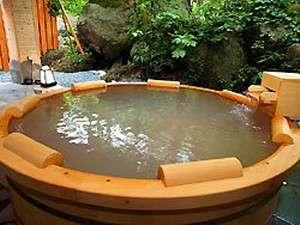 『円型の木風呂』(露天風呂)白い湯華が沈殿する濁り湯となってます。