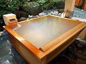 『四角い木風呂』(露天風呂)白い湯華が沈殿する濁り湯となってます。