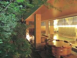 檜造りの露天風呂、「鳥の声」。男女入替制なので、岩造りの露天風呂もお楽しみいただけます。