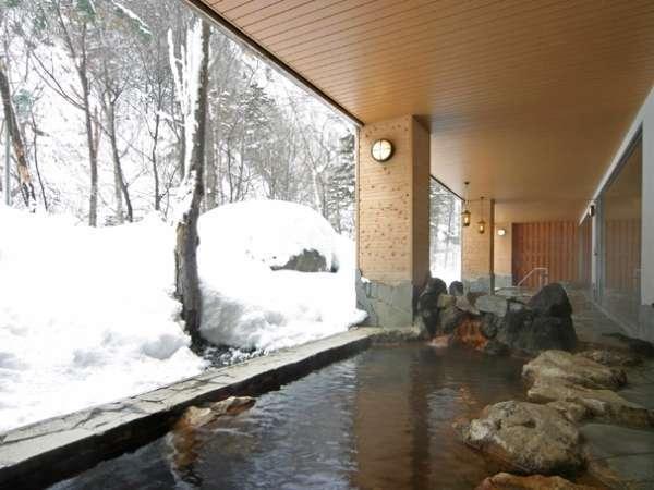 【大自然の湯「川の囁き」】岩造りの露天が2つ。湯は地下60mから引いた赤湯(含鉄泉)を楽しめます