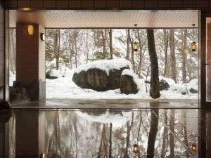 【大自然の湯「川の囁き」】大きな窓から大自然を望めます
