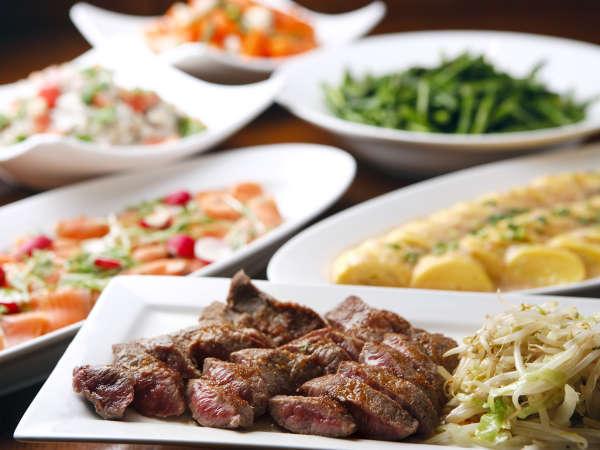 焼立てのお肉や色とりどりの野菜が並ぶバイキングです