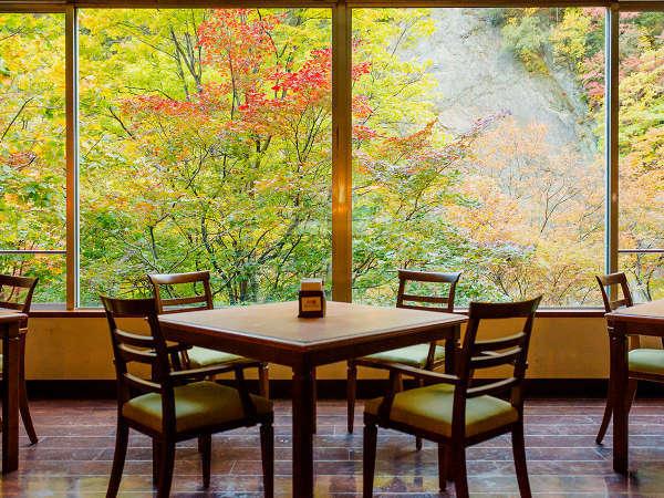 【ル・マッターホルン】紅葉が目の前に広がる絶景のレストラン
