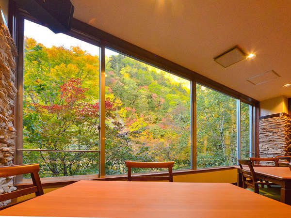 【ル・マッターホルン】紅葉を眺めながら食事を楽しめます