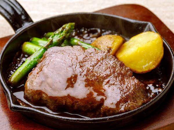 【ル・マッターホルン】<実演料理>焼き立てのお肉をどうぞ!和洋2種類のソースはお好みで