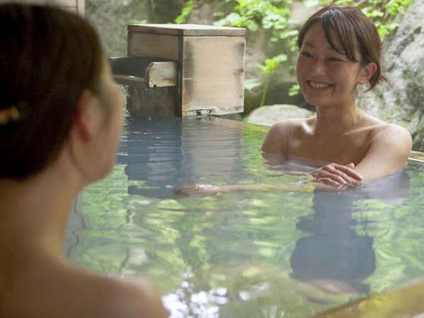 【大自然の湯「鳥の声」】檜の露天風呂。大自然の中で心も体もリラックス