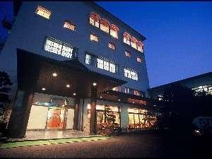 【本館・玄関】重厚感あふれるホテル玄関