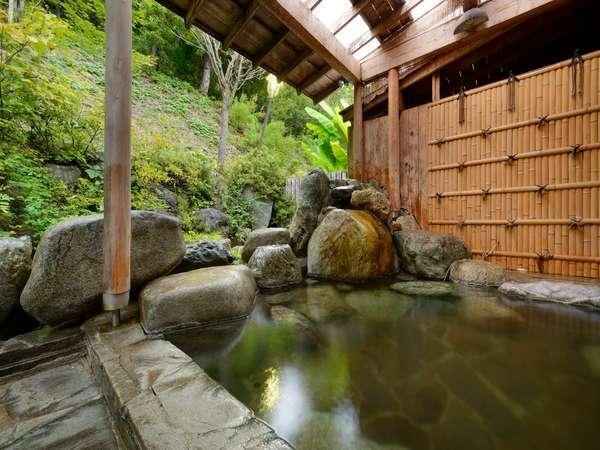 岩が特徴的な露天風呂。冬には雪見風呂も○ゆっくり、柔らかな湯をお楽しみください。(例:男湯)
