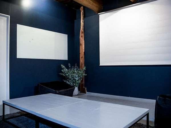 プロジェクターとスクーリーン、ホワイトボードもあり。シアターやミーティングルームとして利用できます。