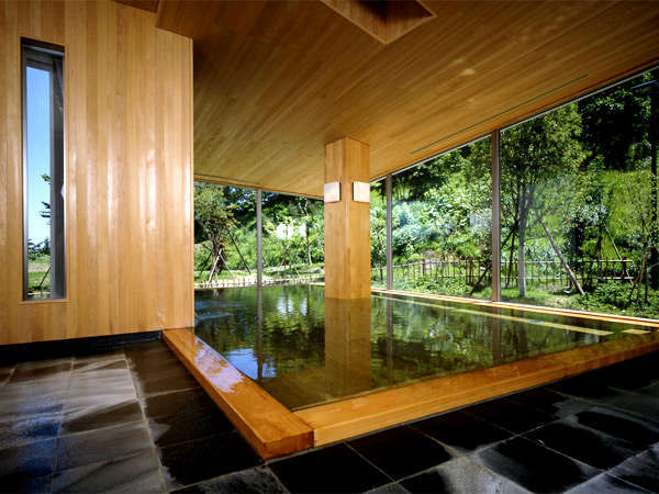 当館の自慢の大浴場は青森ヒバを贅沢に使用しております。