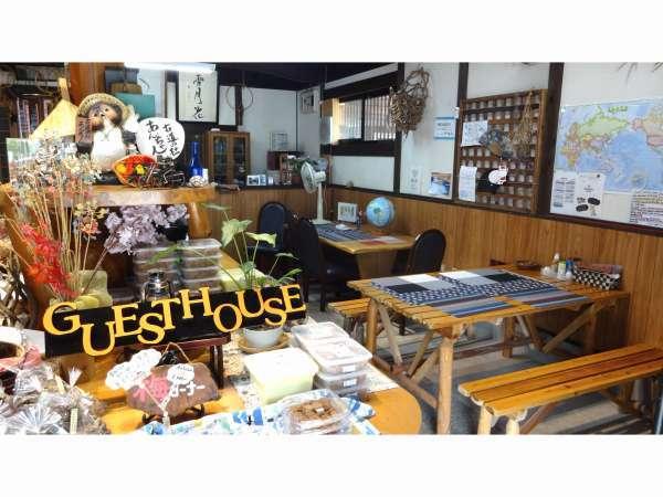 隣接のカフェで夕食・朝食を提供します。朝食はパンのモーニング。