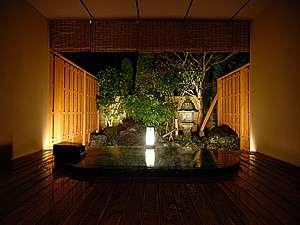 【GEN】の専用露天風呂は、モノトーンのモザイクタイルが美しいオーバルタイプです。