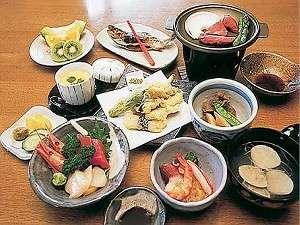 わかさぎの天ぷらなど地元の食材を使った会席膳