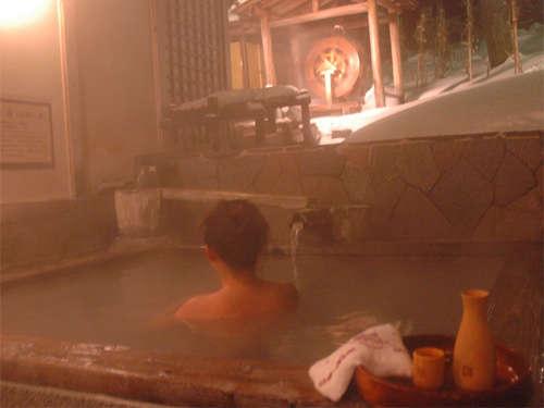 「雪見の露天風呂」で楽しむ「雪見酒」は至極の味わい。好評のサービスです。(有料/生ビール630円他)