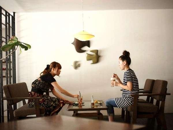 宿前の北欧和風モダンなダイニングカフェDotCafe。2Fのヨガスタジオでヨガ体験も♪