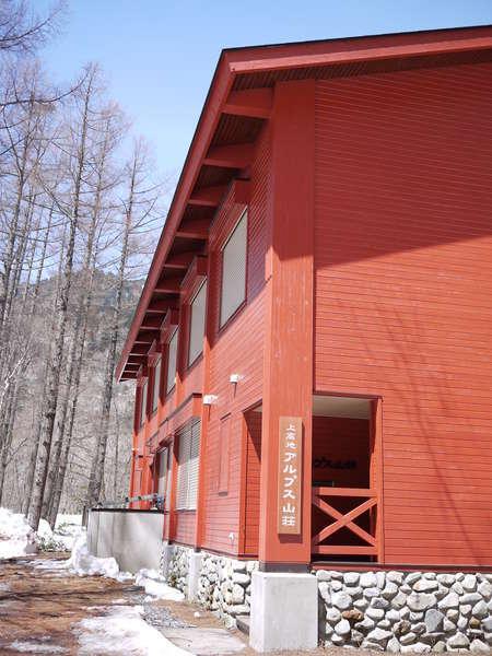 梓川沿いに佇む赤くてきれいで可愛い建物。建物裏には梓川に穂高連峰。最高の立地♪
